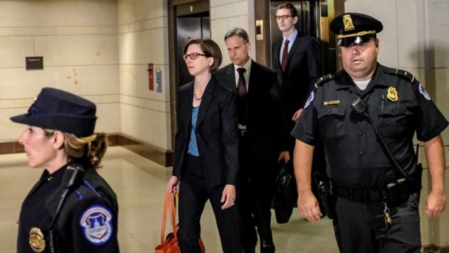 Laura Cooper vor ihrer Aussage, die schließlich gestört wurde (Bild: AFP )