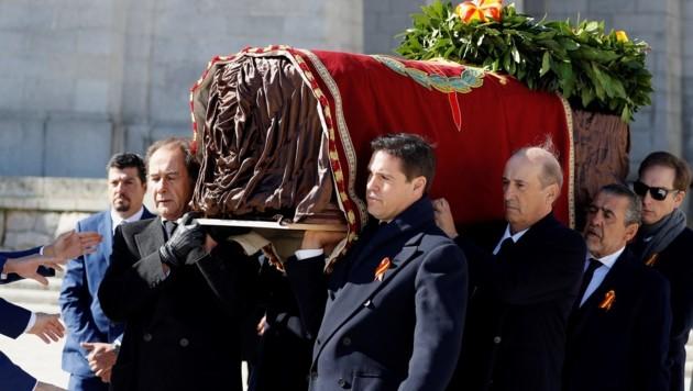 Francos Sarg wird aus dem Mausoleum getragen. (Bild: AFP)