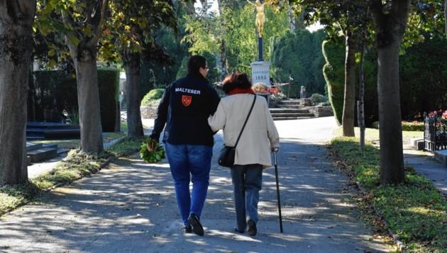 Wenn der Weg alleine zu beschwerlich ist, begleiten Freiwillige ältere Menschen zu Gräbern lieber Verstorbener. (Bild: Malteserorden-Stögner)