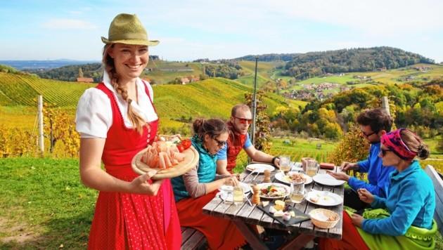 Ein Ausblick zum Niederknien: Tamara Kögl-Rettenbacher (links) kann ihn täglich genießen - beneidenswert! (Bild: Sepp Pail)