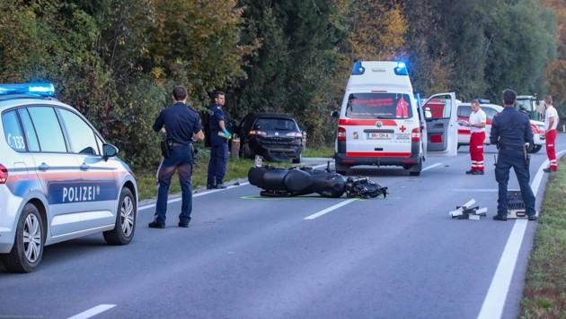 Polizisten, Rettungssanitäter und der Notarzt konnten dem 33-jährigen Motorradfahrer nicht mehr helfen. (Bild: Pressefoto Scharinger © Daniel Scharinger)