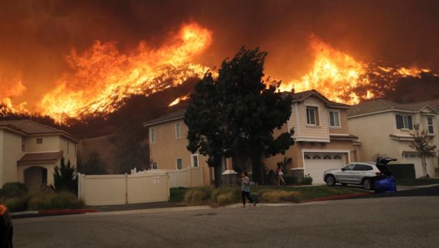 Unglaublich nah: die Waldbrände bei Santa Clarita (Bild: AP)