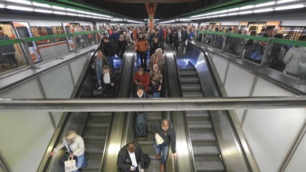 Menschenmassen bei der U4-Station Karlsplatz (Bild: Gerhard Bartel)
