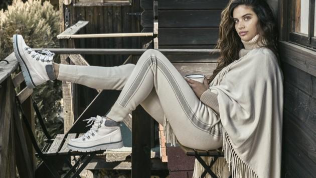 Victoria's-Secret-Engel Sara Sampaio trägt einen monochromen Look in sanften Beigetönen. (Bild: www.PPS.at)