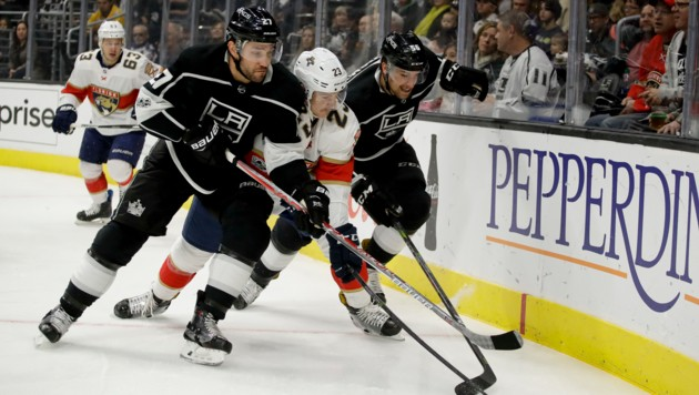 Salzburgs neuer Eisbullen Connor Brickley (M.) ist hart im Nehmen, stand bereits bei insgesamt 81 NHL-Partien (hier für die Florida Panthers) am Eis. (Bild: AP)