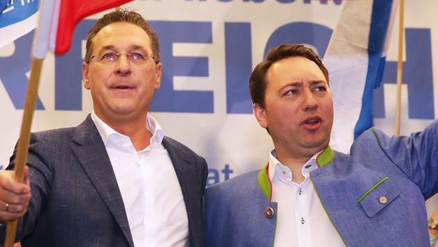 Ex-FPÖ-Chef und Ex-Vizekanzler Heinz-Christian Strache und FPÖ-Landesparteiobmann und OÖ-Landeshauptmannstellvertreter Manfred Haimbuchner (Bild: APA/KERSCHI.AT/HANNES DRAXLER)
