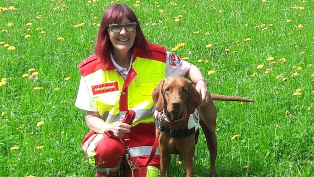 Suchhund Dario und Hundeführerin Edith Nessmann fanden das Mädchen. (Bild: Rettungshundestaffel Samariterbund Kärnten)