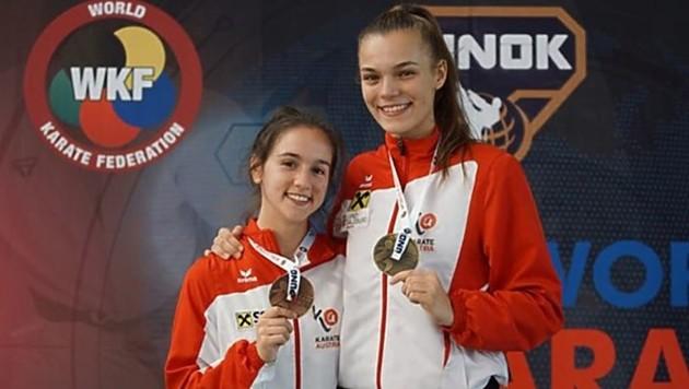 """Goldgewinnerin Vukovic (rechts) und die """"Bronzene"""" Aleksandra Grujic strahlen um die Wette. (Bild: Ewald Roth Karate Austria)"""