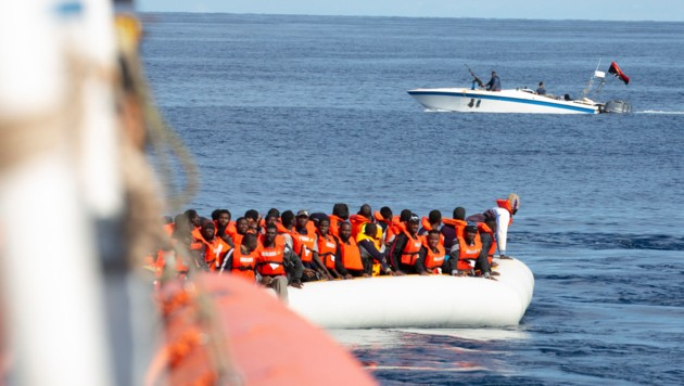 Drei libysche Schiffe hätten die Alan Kurdi bedrängt, Maskierte hätten Warnschüsse in die Luft und ins Wasser abgegeben, heißt es. (Bild: AP/Sea-Eye/Lea Ricking)