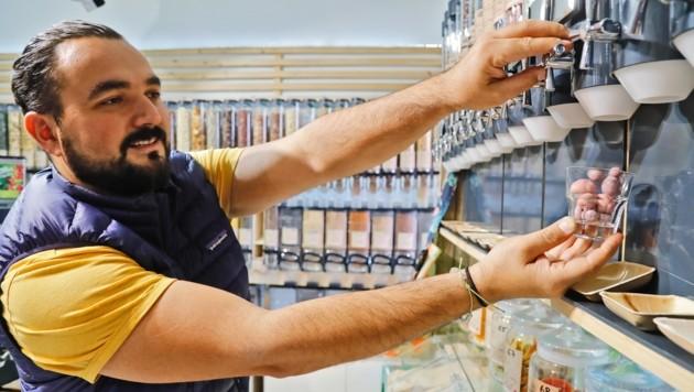 Engin Dogan vergrößert gerade seinen verpackungsfreien Laden. Auf seiner Webseite kann man ihn dabei unterstützen. (Bild: Christof Birbaumer Kronenzeitung)