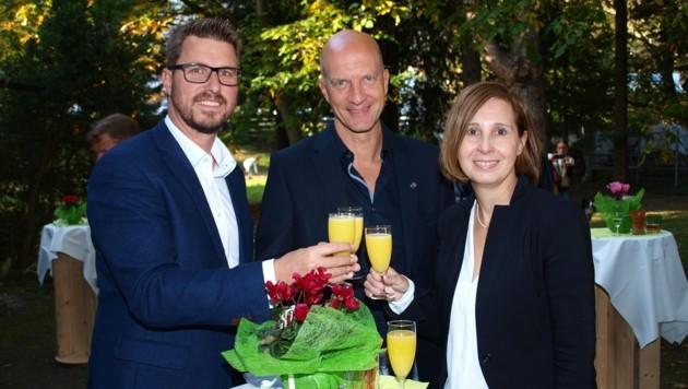 Nach langer Suche ein Grund zum Anstoßen: BM Christian Härting, Leiter Jörg Schmidt und LR Gabriele Fischer (v.l.). (Bild: Daum Hubert)