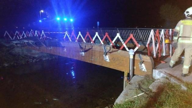 Das Brückengeländer wurde stark beschädigt. (Bild: BF Klagenfurt)