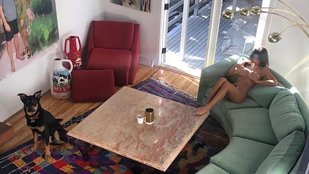 Emily Ratajkowski rekelt sich nackt am Sofa (Bild: instagram.com/emrata)