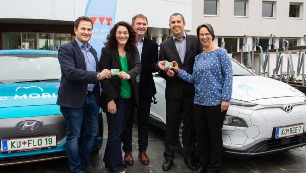 """Martin Tschurtschenthaler (""""Beecar""""), LHStv. Ingrid Felipe, Reinhard Jennewein (""""floMOBIL""""), Bruno Oberhuber (Energie Tirol) und Alexandra Medwedeff (v. li.) mit zwei E-Modellen. (Bild: VVT)"""
