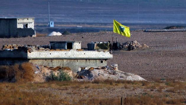 Archivbild: Eine YPG-Stellung an der türkisch-syrischen Grenze (Bild: ASSOCIATED PRESS)