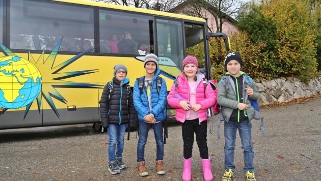 Felix Meinhart (r.) und seine Schulfreunde haben oft einen mühevollen Weg zur Schule. (Bild: Hörmandinger Reinhard)