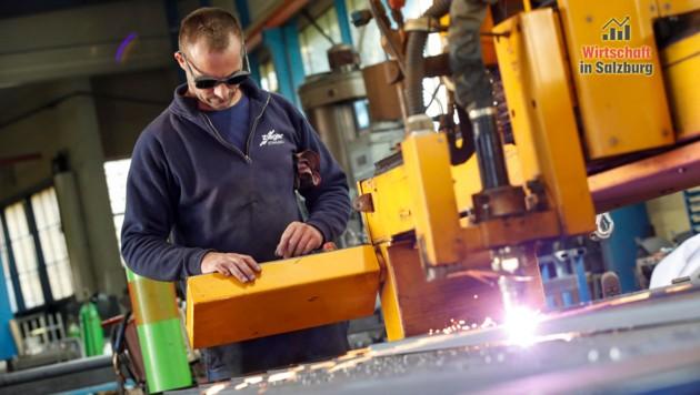Johann Hallinger von Stahlbau Ziegler arbeitet am alten Plasmaschneider (Bild: Markus Tschepp)