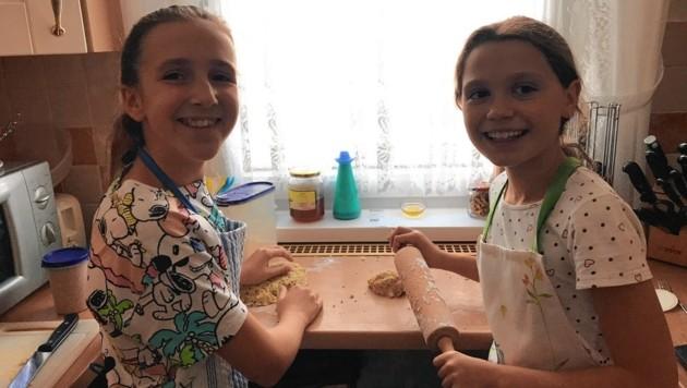 Die Hundekeks-Bäckerinnen Marie und Emerita bei der Arbeit (Bild: zVg)