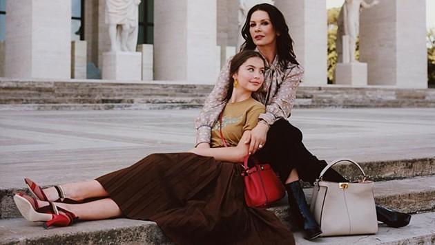 Catherine Zeta-Jones und Tochter Carys standen für ihre erste gemeinsame Mode-Kampagne vor der Kamera. (Bild: instagram.com/fendi)