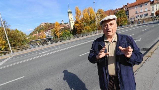 """Herfried Hillbrand auf """"seiner"""" Tegetthoffbrücke: """"Sie wurde extra stark gebaut"""", erinnert er sich genau. (Bild: Christian Jauschowetz)"""