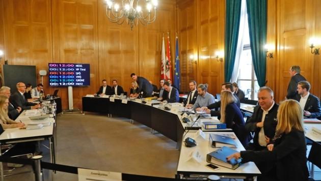 Kurz vor der ersten Anhörung um 10 Uhr im Landhaus trudelten die Mitglieder des U-Ausschusses mit etlichen Akten ein. (Bild: Christof Birbaumer Kronenzeitung)