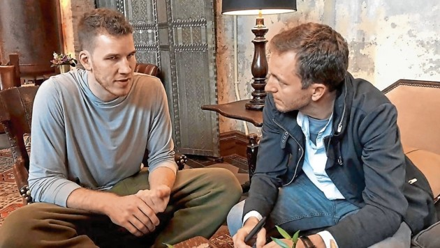 """Jakob Pöltl mit """"Krone"""" Reporter Stefan Burgstaller"""