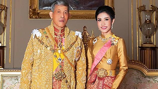 Maha Vajiralongkorn und seine Ex-Zweitfrau Sineenat Wongvajirapakdi (Bild: AFP)