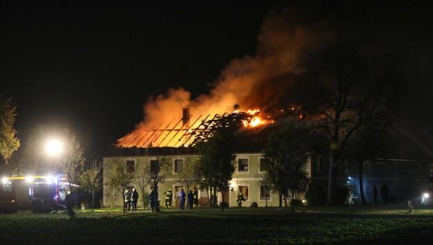 Das Feuer vernichtete den Dachstuhl des Wohntraktes (Bild: laumat.at/Matthias Lauber)