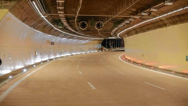 Die Löschanlage verläuft an den Wänden des Tunnels (Bild: MARKUS TSCHEPP)