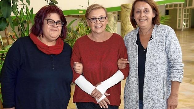Die Kollegin Elke Jentsch (li., Leiterin des Adamhof in Straß) und Barbara Kaschls Schwester Andrea Hasler unterstützen und bewundern sie für ihren so unglaublich mutigen Einsatz! (Bild: Christian Jauschowetz)