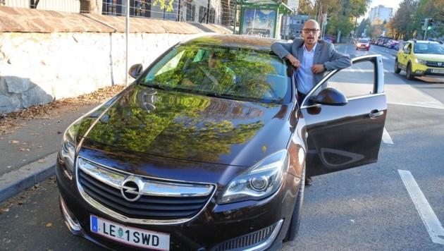 """Wolfgang Hirschbeck an seiner """"Privat-Haltestelle"""" in der Grazer Straßganger Straße. Ist das Auto voll besetzt, geht's um 16.30 Uhr nachhause. (Bild: Sepp Pail)"""