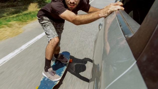 Auto zog Skateboarder (20): Not-OP nach Sturz - Krone.at