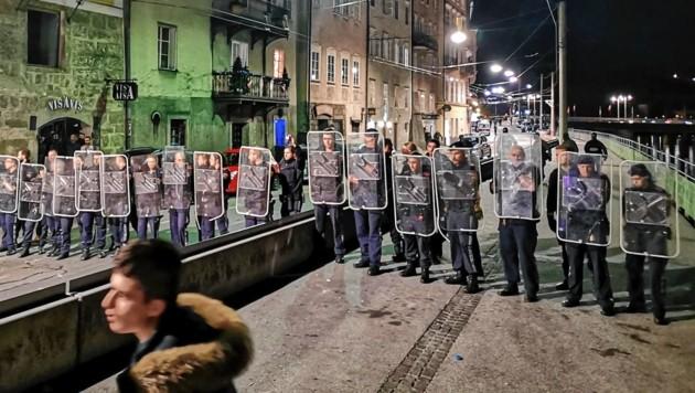 50 Beamte mussten den Rudolfskai in Salzburg räumen. (Bild: Markus Tschepp)