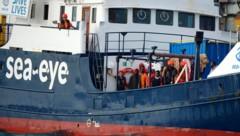 Die Alan Kurdi erreichte am Sonntag in der Früh den Hafen von Tarent in Italien. (Bild: AP)