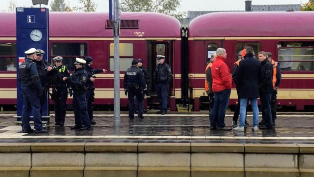 Der Party-Zug am Bahnhof von Greven, wo er von der Polizei gestoppt wurde. (Bild: APA/dpa/Günter Benning)