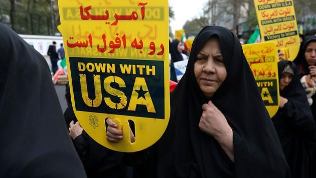 Die üblichen Hassbotschaften an die USA durften natürlich bei den Feierlichkeiten nicht fehlen. (Bild: AP/)
