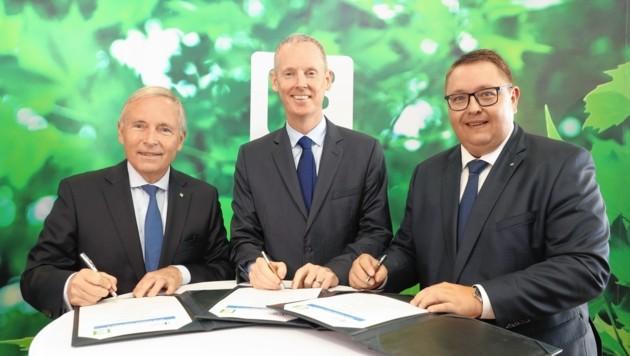 Besiegelten den Finanzpakt: Andrew McDowell (EU-Investitionsbank, Mitte), Christian Purrer (li.) und Martin Graf (re). (Bild: Ricardo Heintz)