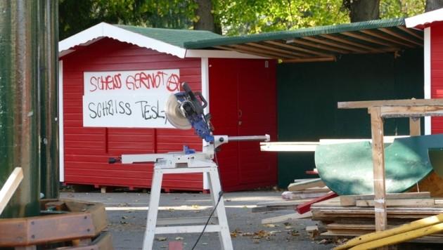 Die Adventmarkt-Hütten wurden mit Parolen verschandelt. (Bild: Erwin Graf)