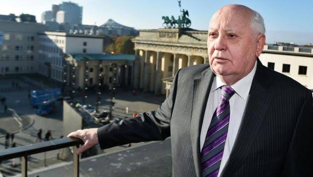 Gorbatschow im Jahr 2014 am Pariser Platz in Berlin, im Hintergrund das Brandenburger Tor (Bild: APA/APA/dpa-Zentralbild)