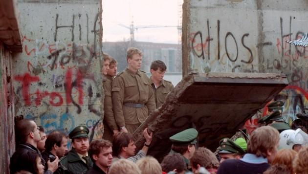 11. November 1989: Ein Stück der Berliner Mauer wird herausgerissen. (Bild: AP/)