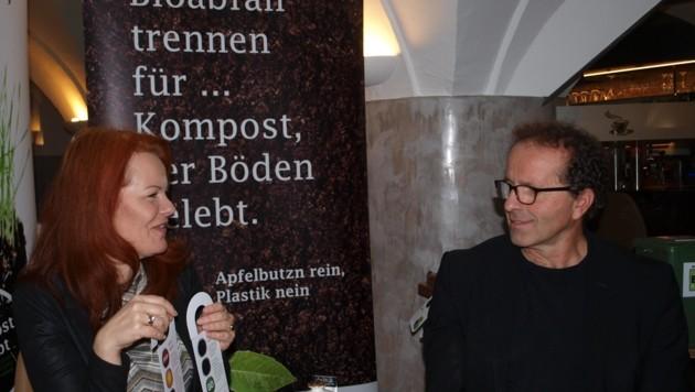 """Vize-BM Cornelia Hagele und Josef Hausberger von der Abfallwirtschaft Tirol Mitte mit den """"Müllanhängseln"""". (Bild: Daum Hubert)"""