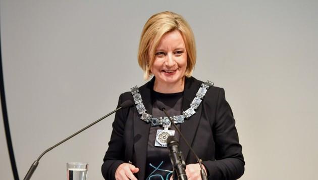 Brigitte Hütter trägt die Kette - Insignie des höchsten Uni-Amtes (Bild: Harald Dostal)