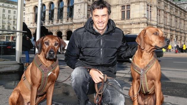Ex-Slalom-Champ Mario Matt mit seinen Hunden Kena und Spades vor der Wiener Staatsoper (Bild: Gerhard Gradwohl)