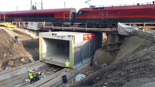 Spektakuläre Arbeiten am Personendurchgang für neuen Inselbahnsteig (Bild: ÖBB Robert Mosser)
