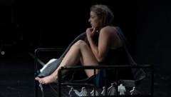 Einsam, gequält – aber nie würdelos: Grace, eine Marathonrolle für Tilla Rath. (Bild: Schauspielhaus Salzburg / Jan Friese)