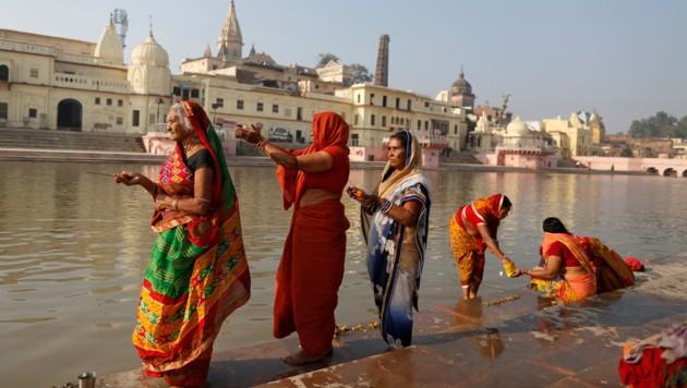 Frauen beten am Fluss Sarayu in Ayodhya. (Bild: AP/)