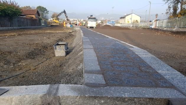 Granitleistensteine chinesischen Ursprungs werden gerade in die Brückenrampe eingebaut. (Bild: Werner Pöchinger)