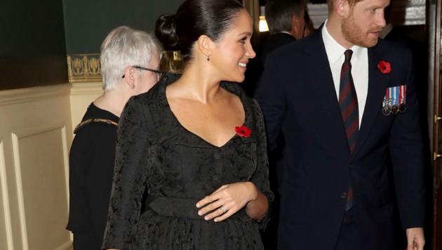 Herzogin Meghans Hand liegt auf ihrem Bauch. (Bild: APA/AP/APA/AFP/POOL/Chris Jackson)