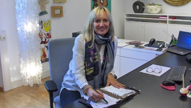 Carmen Leitner besteht im Unterricht auf ein Handyverbot. (Bild: Anna Wieser)