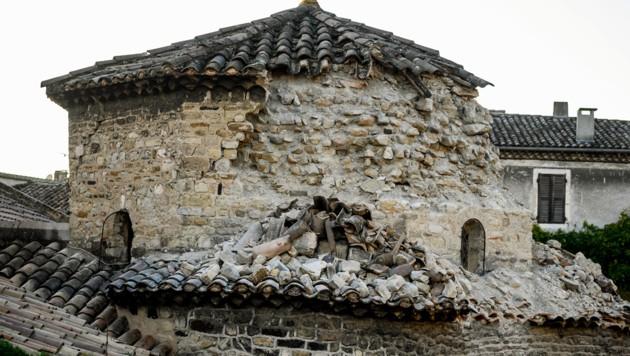 Ein beschädigter Kirchturm in der Ortschaft Le Teil (Bild: APA/AFP/JEFF PACHOUD)